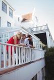 Amis ayant le champagne dans le balcon Photo stock