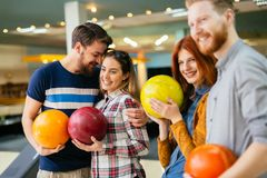 Amis ayant le grand temps jouant le bowling Photo stock