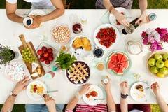 Amis ayant le repas extérieur Photos libres de droits