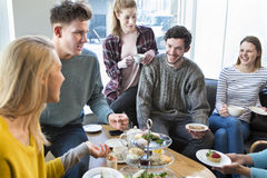 Amis ayant le thé d'après-midi dans un café Images libres de droits