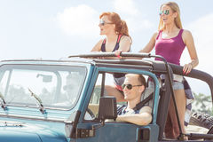Amis ayant le voyage de voiture Photos libres de droits