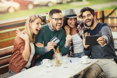 Amis ayant un café ensemble Image libre de droits