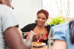 Amis ayant un dîner Photos libres de droits