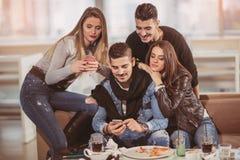 Amis ayant un grand temps dans le restaurant Image libre de droits