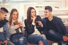 Amis ayant un grand temps dans le restaurant Image stock