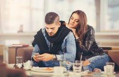 Amis ayant un grand temps dans le restaurant Images libres de droits