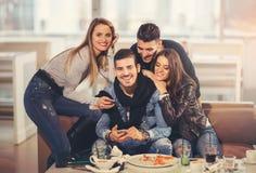 Amis ayant un grand temps dans le restaurant Images stock