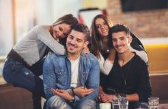Amis ayant un grand temps dans le restaurant Photo libre de droits