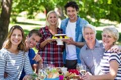 Amis ayant un pique-nique avec le gâteau Photos libres de droits