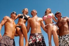 Amis ayant un rire sur la plage Images stock