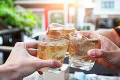 Amis ayant un rond des boissons dans un restaurant Image stock