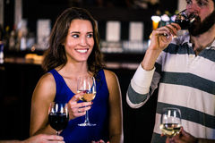 Amis ayant un verre de vin Photo stock