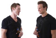 Amis ayant une bière Image stock
