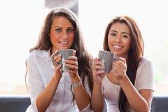 Amis ayant une cuvette de café Photo libre de droits