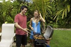 Amis ayant une partie de barbecue Images stock