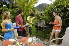 Amis ayant une partie de barbecue Photos stock