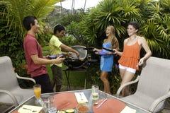 Amis ayant une partie de barbecue Photos libres de droits