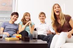 Amis ayant une petite partie à la maison Images libres de droits