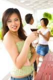 Amis ayant une vie sociale à l'extérieur Image stock
