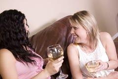 Amis ayant une vie sociale à la maison Photo stock