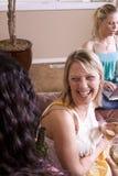 Amis ayant une vie sociale à la maison Image stock