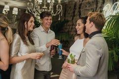 Amis ayant une vie sociale au-dessus des cocktails Photo libre de droits