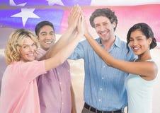 Amis battant leurs mains ensemble pour le Jour de la Déclaration d'Indépendance Photographie stock libre de droits