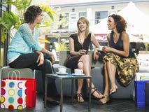 Amis bavardant au café extérieur Photographie stock libre de droits