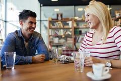 Amis bavardant et causant en café Photographie stock libre de droits