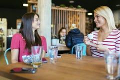 Amis bavardant et causant en café Photo libre de droits