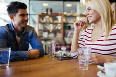 Amis bavardant et causant en café Images libres de droits