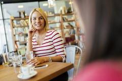 Amis bavardant et causant en café Photographie stock