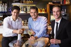 Amis beaux ayant une boisson ensemble Photo libre de droits