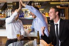 Amis beaux ayant une boisson ensemble Image libre de droits
