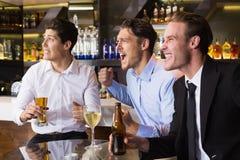 Amis beaux ayant une boisson ensemble Photographie stock libre de droits