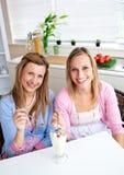 Amis beaux mangeant la glace à la maison Images libres de droits