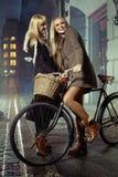 Amis blonds appréciant le temps disponible dans le centre ville Image libre de droits