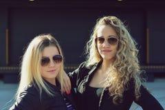 Amis blonds dans des lunettes de soleil Photographie stock libre de droits