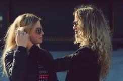 Amis blonds dans des lunettes de soleil Image libre de droits