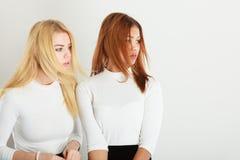 Amis blonds et foncés ensemble Photographie stock