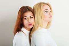Amis blonds et foncés ensemble Image stock