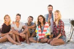 Amis buvant de la bière à la plage Photo libre de droits