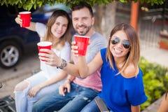 Amis buvant de la bière à un barbecue Photo libre de droits