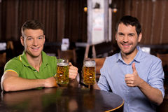 Amis buvant de la bière. Photos libres de droits