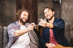Amis buvant de la bière Image libre de droits