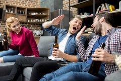 Amis buvant de la bière Photo stock