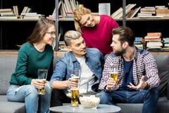 Amis buvant de la bière Photos libres de droits