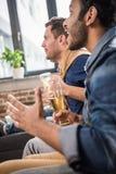 Amis buvant de la bière Images libres de droits