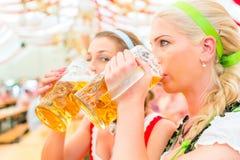Amis buvant de la bière bavaroise chez Oktoberfest Images libres de droits