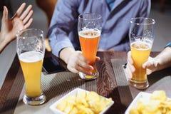 Amis buvant de la bière dans le bar Image stock